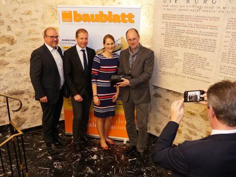 """So sehen Sieger aus: Für den Teleskoparm wurde Winkelbauer mit dem """"Anbaugerät des Jahres""""-Award ausgezeichnet."""